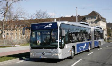 Mercedes-Benz lanza un autobús con propulsión híbrida
